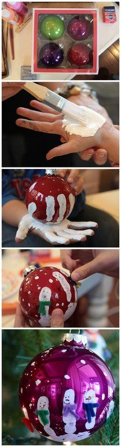 Bonecos de neve a partir de impressão da mão. Hand-Printed Ornaments. Tutorial em: http://www.smalldiy.com/2013/11/hand-printed-ornaments.html
