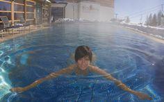 Alpentherme - schwimmen mit Blick auf die Skipiste. Spa, Infinity Pool, Mountain Resort, Outdoor Decor, Swimming, Alps, Water