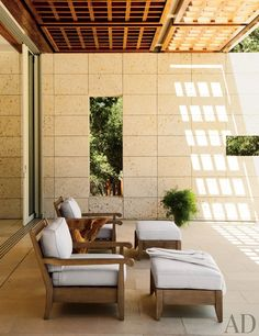 A modern outdoor seating area by Backen, Gillam & Kroeger Architects in Woodside, California