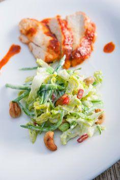 Steffen Henssler - Gegrillte Hähnchenbrustscheiben mit fein geschnittenem Römersalat, Cashewkernen und blanchierten Zuckerschoten mit Chili-Joghurt-Dressing