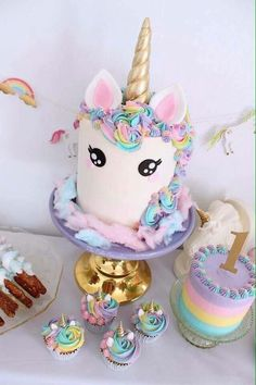 Birthday is a special day for everyone, and a perfect cake will seal the deal. Fantasy fictions create some of the best birthday cake ideas. Surprise your loved one with a creative cake that displays the best features of his/her favorite fantasy fictions! Unicorne Cake, Cake Smash, Cake Pops, Eat Cake, Cupcake Cakes, Pinata Cake, Cool Birthday Cakes, Unicorn Birthday Parties, Unicorn Party