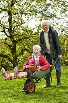 Fifty-Five Romantic Couples to Prove Love Does Exist From The Beginning Until It's Time U Descend. Vieux Couples, Prove Love, Grow Old With Me, Older Couples, Cute Old Couples, Growing Old Together, Never Too Old, Old Age, Young At Heart