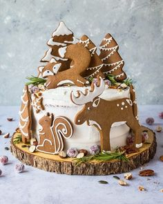 christmas cake Woodland animal ginger cake - this impressive vegan ginger cake with lemon curd, cream cheese frosting and whimsical gingerbread woodland animals is a real festive showstopper for Christmas! Vegan Christmas, Christmas Cooking, Christmas Desserts, Christmas Treats, Christmas Cake Decorations, Christmas Cakes, Christmas Birthday Cake, Christmas Cake Designs, Gingerbread Cake