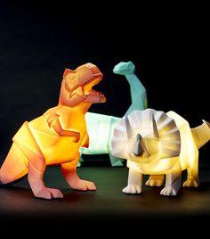 """Ilumine o seu quarto com um animal pré-histórico brilhante! São três raças de dinossauros sensacionais que vem com uma lâmpada LED eficiente que """"provavelmente vai durar até a próxima extinção em massa"""". Difícil é escolher o preferido!"""