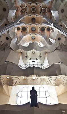 Temple Expiatori de la Sagrada Família / Barcelona / Spain by Antoni Gaudi A As Architecture, Barcelona Architecture, Beautiful Architecture, Gaudi Barcelona, Barcelona Travel, Barcelona Catalonia, Architecture Organique, Antonio Gaudi, Amazing Buildings
