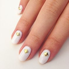 See how to create this white + gold nail art!