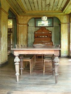 Just cant get enough of this Ah Tay magic table. Don Florencio Noel House, Carcar, Cebu. Rustic Houses, Old Houses, Cebu, Western Furniture, Antique Furniture, Magic Table, Filipino Architecture, Bali, Tropical Beach Houses