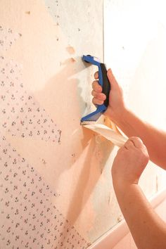 how to remove wallpaper with a steamer. Removing old wallpaper starting by pulling the top layer of the wallpaper and using a scrapper to help pull the layer Modern Farmhouse Style, Farmhouse Style Decorating, Diy Home Decor Projects, Easy Home Decor, Removing Old Wallpaper, Best White Paint, Diy Wallpaper, House Cleaning Tips, Fun At Work