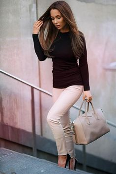 Johanna Olsson is wearing a neutral outfit consisting of beige leather trousers from Patrizia Pepe, black top from Zara and the creme bag is from Givenchy Moda Outfits, Fall Outfits, Casual Outfits, Cute Outfits, Fashion Outfits, Look Office, Office Looks, Style Work, Mode Style