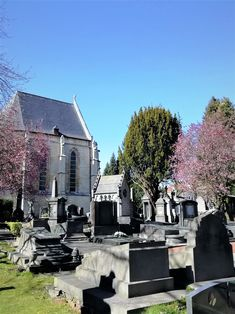 """In die  Liste der """"schönsten Friedhof Europas"""" aufgenommen, erinnert der Laekener """"Kirchgarten"""" ein wenig an den Friedhof """"Père-Lachaise"""", denn die belgische Anlage ließ sich von dem Pariser Vorbild aus dem Jahr 1804 inspirieren. Als letzte Ruhestätte der Adligen und der Bourgeoisie, befinden sich hier auch eindrucksvolle Grabstätten von herausragenden Persönlichkeiten des 19. und 20. Jahrhunderts aus Kunst, Wirtschaft und Politik Belgiens. Mansions, House Styles, Outdoor Decor, Home Decor, Europe, Parisian, Communities Unit, Belgium, Economics"""