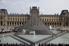 Be prepared for lines at big attractions in Paris like the Louvre. Photo: Duncan R
