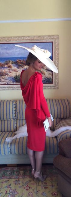 Hermana de la novia elegantísima Cocktail Outfit, Outfits With Hats, Wedding Party Dresses, Colorful Fashion, Ladies Day, Hats For Women, Mother Of The Bride, Lady In Red, Dress To Impress