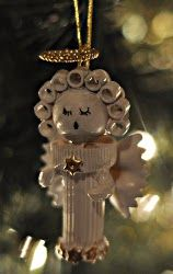 Pasta Angel Ornaments are a creative and inexpensive way to decorate for the holidays!  This free Christmas Craft is cheap, easy and, best of all, fun.