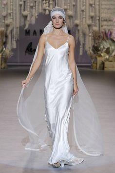 50 vestidos de novia corte recto 2020: el diseño ideal para estilizar tu figura Rembo Styling, Fashion Week, Fashion Show, Boho, Bridal, Vogue Paris, One Shoulder Wedding Dress, Wedding Gowns, Collection