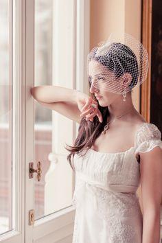Kurzschleier für die Braut mit Schleife aus Seide / Short veil for the modern bride in white made by BelleJulie via DaWanda.com #braut #schleier #brautschleier #haarschmuck #brautschmuck #hochzeit #weiß #seide #hutnetz #wedding #bride #hairpiece #veil #silk #white #ribbon