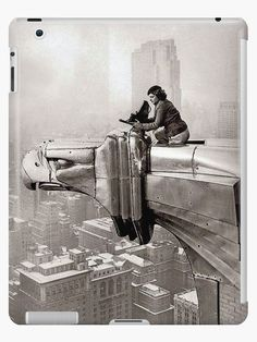 American photographer and journalist Margaret Bourke-White - perches on an eagle head gargoyle at the top of the Chrysler Building and focuses a camera, New York, New York, (Photo by Oscar Graubner/Time Life Pictures/Getty Images) Chrysler Building, Vintage Pictures, Old Pictures, Old Photos, Life Pictures, Life Images, Arte Art Deco, Pompidou Metz, Centre Pompidou