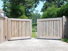 Il existe des portails dans tous les matériaux et dimensions. Vous pouvez en outre choisir un portail que vous devez ouvrir vous-même ou un portail automatisé. Photo: www.collstrop.be (portail de jardin • bois)