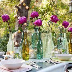 garrrfas de debidas com flores na mesa