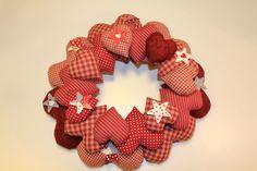 Corona de corazones en tonos rojos