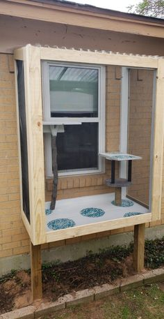 Perfect catio for your kitties right outside any window Diy Cat Enclosure, Outdoor Cat Enclosure, Reptile Enclosure, Cat Fence, Cat Cages, Cat Window, Cat Room, Patio, Backyard