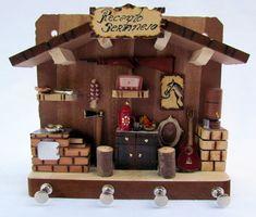 Porta Chaves Miniatura resgata num pequeno espaço lembraça de uma cozinha retrô. Peça feita de madeira rica em detalhes.    Medida 18x15cm e 5 de profundidade Mini Doll House, Dream Doll, Fairy Houses, Creative Crafts, Wine Rack, Dollhouse Miniatures, Decoupage, Kitchen Decor, Woodworking