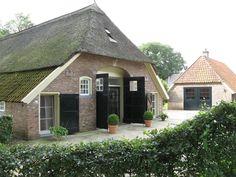 Dalfsen, boerderij uit 1661 op het Landgoed Den Aalshorst Old Farm Houses, Carriage House, Love Home, Stables, Outdoor Lighting, Live Life, Netherlands, Sweet Home, Villa