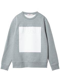 볼드한 레터링 배색 디테일이 독특한 라운드 네오프렌 티셔츠. 세련된 디자인으로 활용도 높은 아이템.