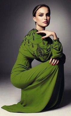 actress, Natalie Portman in a pretty green dress. Beautiful Gowns, Beautiful Outfits, Beautiful People, Gorgeous Dress, Beautiful Women, Looks Street Style, Looks Style, Traje Black Tie, Nathalie Portman