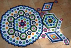 A version of 'la passion', love the colours that just pop! Hexagon Quilt Pattern, Hexagon Patchwork, Patchwork Patterns, Quilt Block Patterns, Quilting Projects, Quilting Designs, La Passion Quilt, Diy Quilt, Clamshell Quilt
