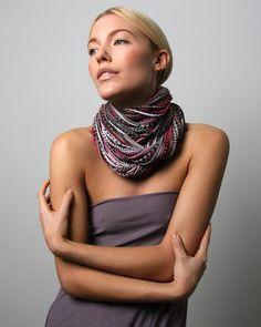 Necklush est une marque made in New York représentée par un accessoire hybride : mi-collier mi-col. Composé de lanières de coton imprimées...