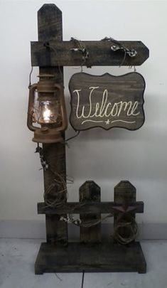 Holz Welcome Fence with Lantern. Ive seen these fence designs before but never with Farmhouse Lighting Designs Farmhouse Lighting lantern Fence Holz Ive Lantern Rustic Decor, Farmhouse Decor, Barn Wood Decor, Wood Projects, Woodworking Projects, Woodworking Plans, Battery Operated Lanterns, Pallet Crafts, Fence Design
