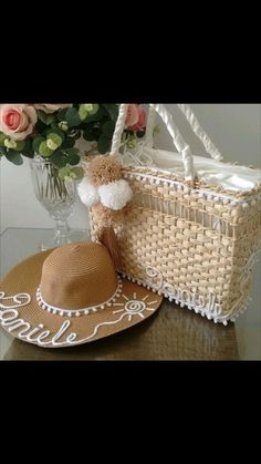bolsa +chapeu brancos Painted Hats, Diy Hat, Diy Accessories, Hobbies And Crafts, Handmade Bags, Paper Flowers, Purses And Bags, Crochet Patterns, Diy Crafts