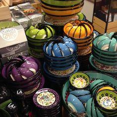 De Nimetserie van Bowls and Dishes is handvervaardigd en handgeschilderd aardewerk uit Turkije. De intense kleuren zijn typerend voor dit land. Je serveert in de schalen Spaanse tapas en Turkse mezze.  http://www.kookwinkel.nl/webshop/53074-bowlsanddishesnimetschaaltjes7cmgroenzwartpaars3delig.asp