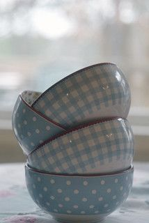 Pretty polka dot and gingham bowls Love Blue, Blue And White, Periwinkle Blue, Dusty Blue, Bleu Pale, Blue Bowl, Blue Cups, Chur, Blue Gingham