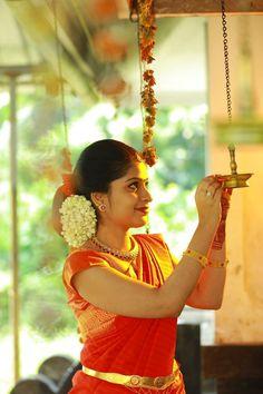 Hindu Wedding Hairstyles Pictures Messy - pinsooriyaphotography rajaji on rajaji in 2019 Bridal Hairstyle Indian Wedding, Bridal Hairdo, Indian Bridal Hairstyles, Bride Hairstyles, Hairstyles Pictures, Wedding Hairdos, Bridal Braids, Hindu Wedding Ceremony, Wedding Mandap