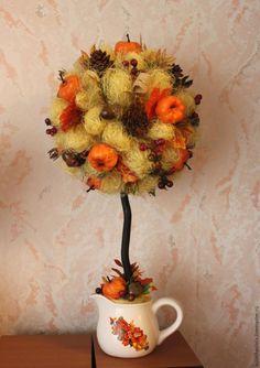 Предлагаю вашему вниманию свой мастер-класс по изготовлению топиария «Дары осени». Вот материалы, которые нам понадобятся для изготовления нашего деревца: Это: газета; малярный скотч; корилус (это такая волнистая ветка) примерно 30 см длинной; сизалевое волокно светло-желтого цвета; натуральные шишки; искусственные ягоды; декоративные тыковки; желуди; осенние искусственные веточки; искусственные…
