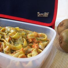 Tagliatelle de espinacas con sofrito de tomate, atún, pimiento verde, cebolla y calabacín. ¡Comer de tupper está de moda! #Snailbag #lunchbag #tuppertime #healthy #moda #chic #MadeInSpain #ShopOnline  http://www.snailbag.es/shop/anytime-collection/bolsa-porta-alimentos-isotermica-para-tuppers/especial-navidad-snailbag-college/
