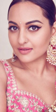 Bollywood Designer Sarees, Bollywood Saree, Indian Bollywood, Bollywood Fashion, Bollywood Actress, Sonakshi Sinha Saree, Sonam Kapoor, Bollywood Pictures, Interesting Faces