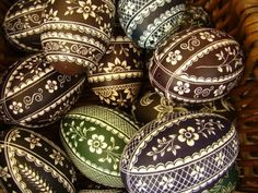 Pisanki - traditional in Poland, richly ornamented Easter Eggs. Originating as a pagan tradition symbolizing the revival of nature, later absorbed by Christianity. Easter Egg Crafts, Easter Projects, Easter Art, Polish Easter, Polish Folk Art, Carved Eggs, Easter Egg Designs, Ukrainian Easter Eggs, Egg Art