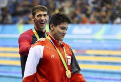 Michael Phelps onnitteli Joseph Schoolingia palkintojenjaossa. > Rio 2016