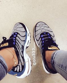 Perhaps, the most comfortable footwear, which is practically in any women's wardrobe - sneakers. Sneakers have long ceased to be a part of the sporting style, t Cute Sneakers, Cute Shoes, Me Too Shoes, Shoes Sneakers, Tom Shoes, Tn Nike, Shoe Boots, Shoes Sandals, Urban Apparel