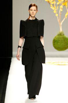 Devota & Lomba MBFWMadrid OI 2018/2019  Superposiciones Total look negro Total black Maxibolsillos Total Black, Mercedes Benz, Madrid, Peplum Dress, Dresses, Fashion, Overlays, Walkways, Vogue Spain