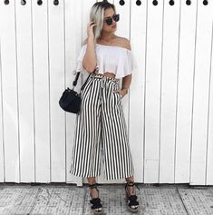 Outfits ideas & inspiration : We show you the Best Outfits with Vertical Stripes that will make you look stylish and Super Slim! Look Fashion, Urban Fashion, Fashion Outfits, Estilo Abaya, Abaya Mode, Pantalon Large, Abaya Fashion, Pants Outfit, Spring Outfits