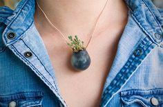 Sustentabilidade, uma questão de estilo: empresa cria pequenos vasos para colares, anéis e roupas