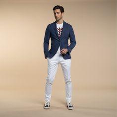 Mod: L60C6 - Art: 868295/1 GIACCA I DETTAGLI FANNO LA DIFFERENZA. La Giacca due bottoni con tasche applicate, nasconde dei piccoli particolari in tessuto a contrasto, nel sotto collo e nella pochette inserita nel taschino a barchetta. Di grande versatilità diventa evergreen se abbinata a pantaloni in Cotone elasticizzato per un format casual- elegante. Lebole Uomo Collezioni #abiti #giacche #Primavera #Estate2017 #fashion #italianstyle #stileitaliano #moda