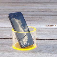 Cool mobilholder i klar akryl med gul bund fra funkyneon. Fås i flere farver.