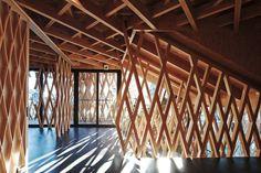 sunny hills   kengo kuma   o projeto utiliza mais de 5 mil tiras de madeira, sem cola ou pregos. explore o material, faça o download gratuito de modelos para SketchUp: http://www.bimbon.com.br/produto/pilar_20x20_macaranduba_bruto