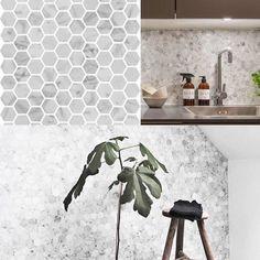 Italiensk marmor i hexagoner är otroligt snyggt. Hexagonerna finns i två storlekar #marmor #inredning #trend #trendigt #stil #fashion #tile #badrum #kök #stonefactory #stonefactorytrendspanare #carrara #kakel #klinker #biancocarrara #italy #natursten #bygga #byggnadsvård by stonefactory