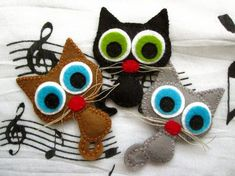 Artículos similares a Lucky the cat - felt brooch or magnet, animal brooch or magnet en Etsy Fabric Crafts, Sewing Crafts, Sewing Projects, Cat Crafts, Crafts For Kids, Felt Cat, Creation Couture, Felt Brooch, Felt Patterns