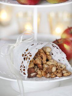 Ovnsbakte krydra nøtter (nøtter + krydder + eggekvite + sukker) #snacks #nuts #noett #egg